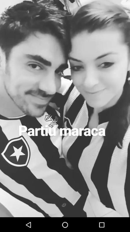 Marcelo Adnet e a namorada posam juntos com camisas do Botafogo antes de jogo no Maracanã, no Rio de Janeiro - Reprodução/Instagram