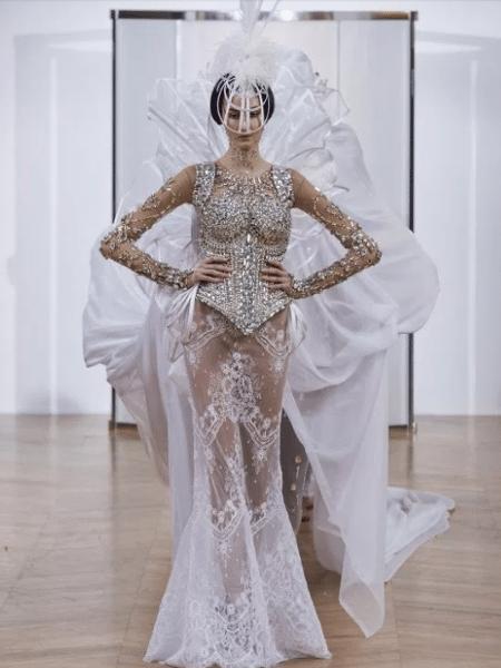 """O polêmico vestido de noiva transparente da grife """"On Aura Tout Vu"""" - Reprodução/The Sun"""