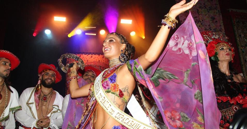 Isis Valverde vestida de cigana para a festa temática do hotel Copacabana Palace