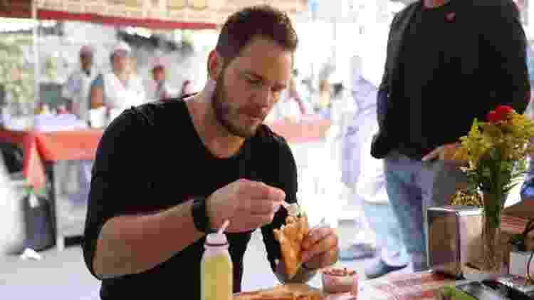 Ator Chris Pratt come pastel durante passagem por São Paulo - Divulgação