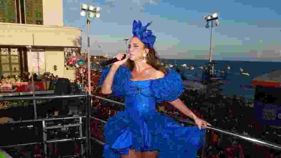 Com um vestido e um laço azul no cabelo, Ivete Sangalo agita pelo segundo dia consecutivo o Carnaval baiano - Dilson Silva/AgNews