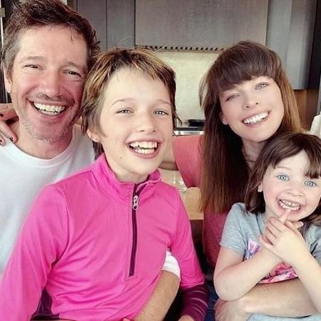 Milla Jovovich com o marido, Paul W.S. Anderson, e os filhos - Reprodução/Instagram