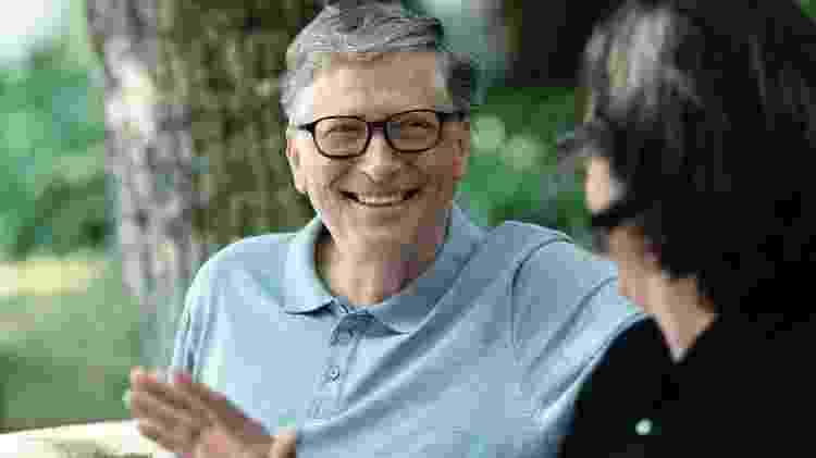 Bill Gates dá entrevista coletiva junto a representantes dos Jogos Olímpicos de 2020, em Tóquio - Reprodução/Netflix - Reprodução/Netflix