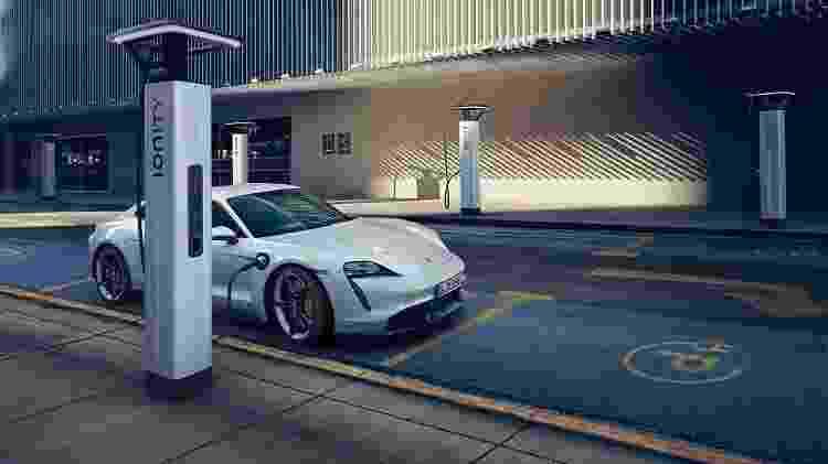 Porsche Taycan no carregador elétrico - Divulgação/Porsche - Divulgação/Porsche