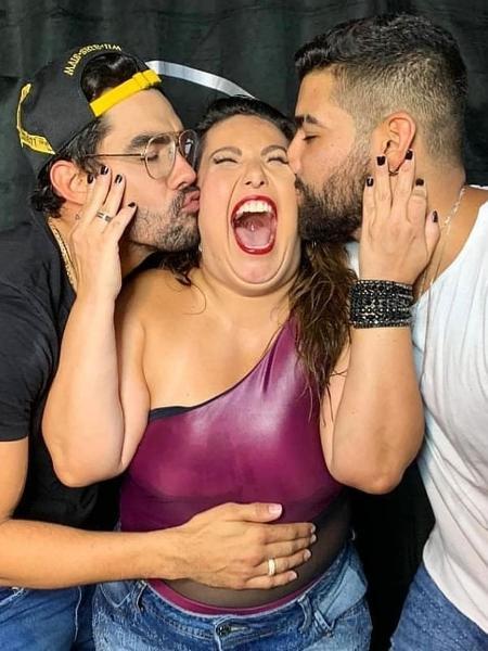 Mariana Xavier recebe beijos de Gabriel Diniz e de Dilsinho - Reprodução/ Instagram