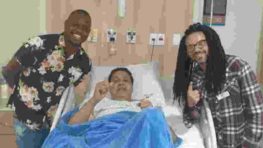 Dominguinhos do Estácio recebe a visita no hospital do cavaquinista Hugo Bruno e do intérprete da Viradouro Zé Paulo Sierra - Arquivo pessoal