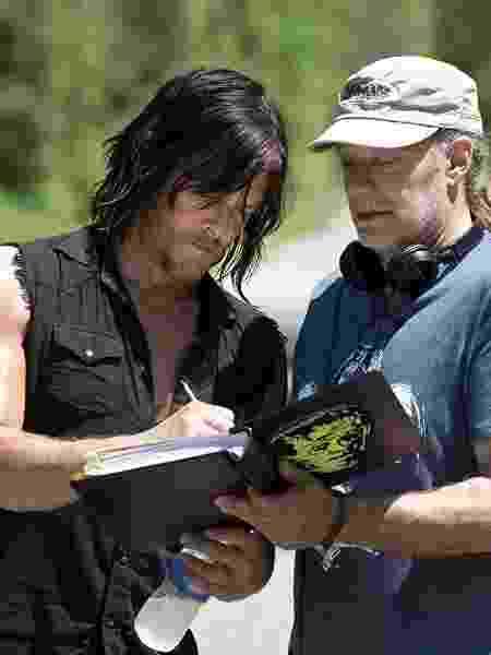 Greg Nicotero com Norman Reedus no set de 'The Walking Dead' - Divulgação - Divulgação