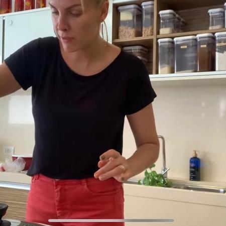 Ana Hickmann cozinha em ambiente amplo de sua mansão  - Reprodução / YouTube