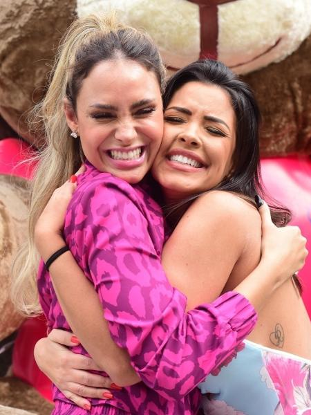 Sarah Andrade e Ivy Moraes se abraçam em frente a hotel em São Paulo - Leo Franco / AgNews