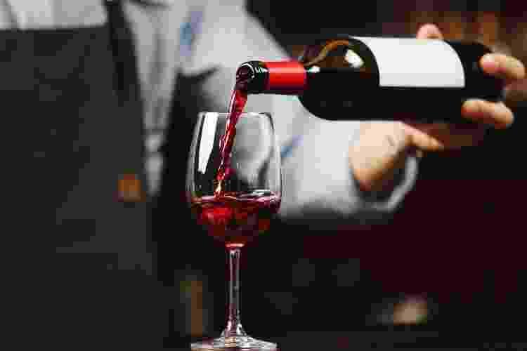 Design côncavo não tem como intuito ajudar na hora de servir o vinho na taça - iStockphotos - iStockphotos