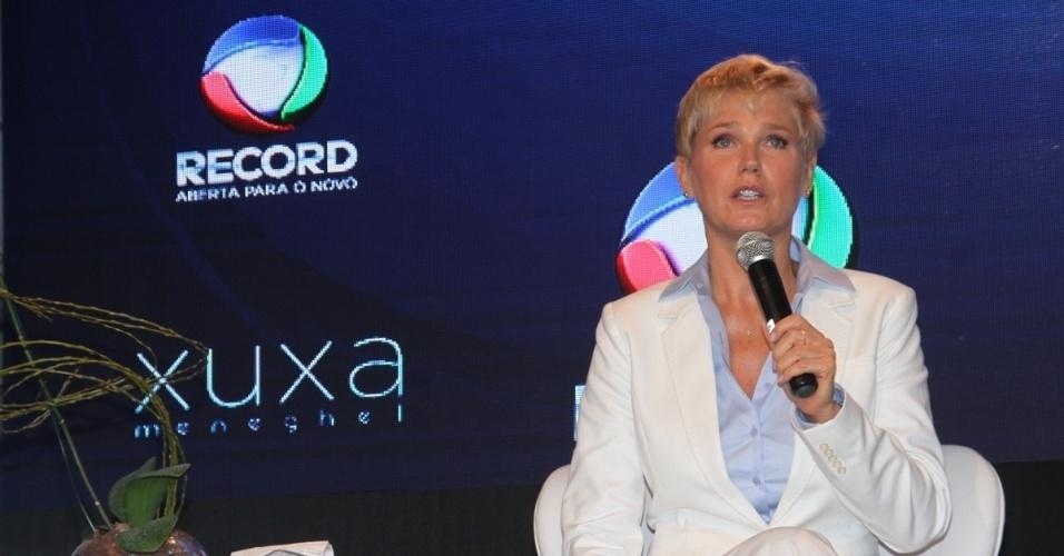 11.ag.2015 - Xuxa fala durante a coletiva de imprensa de seu novo programa, que estreia dia 17 de agosto
