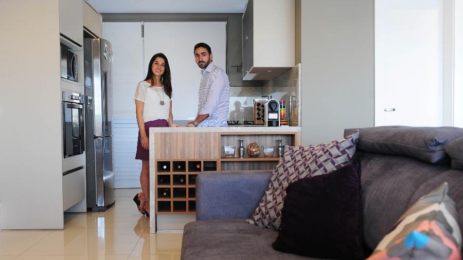 A cozinha integrada do apê de Oshry e Bruno permite a desejada interação ao cozinhar - Junior Lago/ UOL