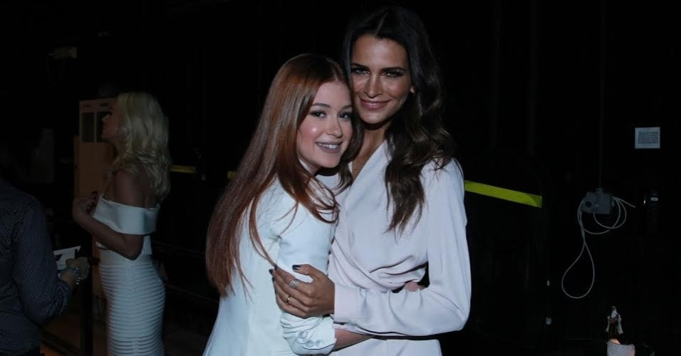 20.out.2015 - Marina Ruy Barbosa posa com a modelo Fernanda Motta na apresentação de
