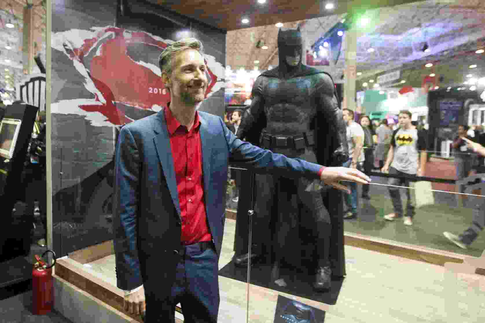 "6.dez.2015 - Michael Wilkinson, figurinista do ""Batman vs Superman"", posa para fotos durante a Comic Con Experience - Lucas Lima/UOL"