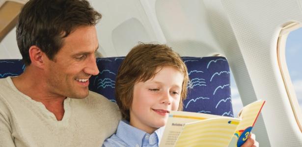 A leitura é uma ótima forma de entreter as crianças durante viagens aéreas - Getty Images