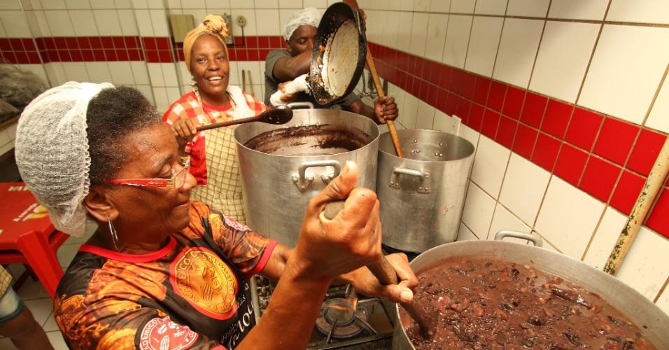 """""""Tias do Salgueiro"""" preparam a feijoada servida na quadra da escola no Rio de Janeiro"""