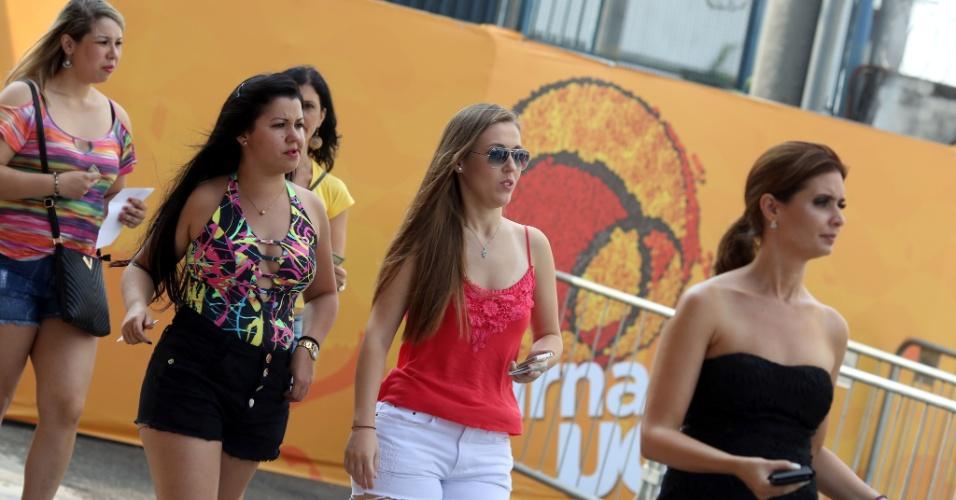 23.jan.2016 - O Carnaval já começou pegando fogo em São Paulo e arrastando os foliões para as ruas, clubes e shows. Neste sábado (23), a ordem era chegar cedo para não perder as atrações do CarnaUOL