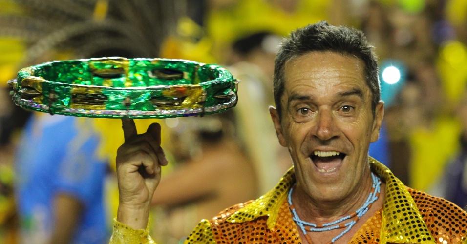 6.fev.2016 - Integrante da bateria da Unidos do Peruche, que fez desfile lembrando os cem anos do samba