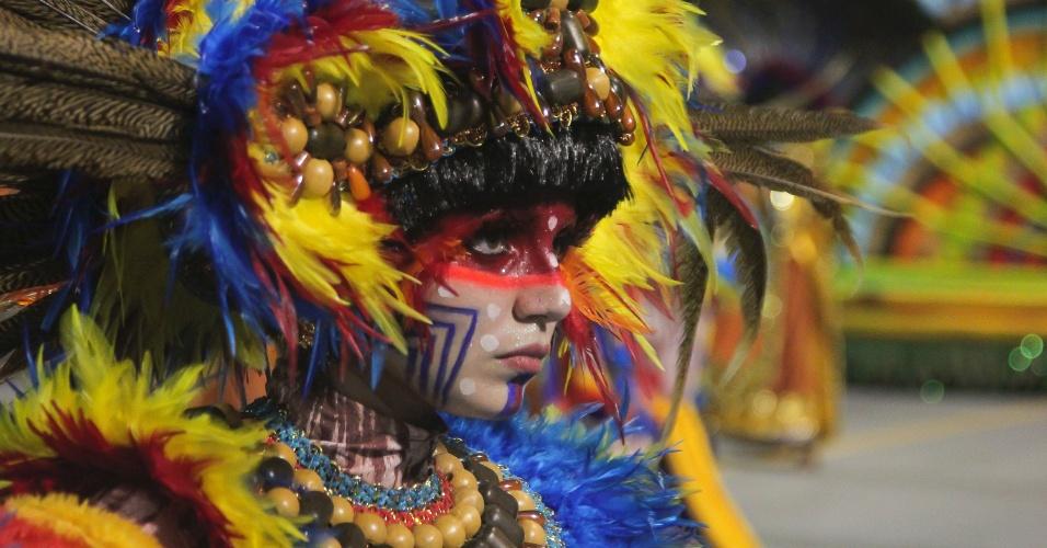 7.fev.2016 - Detalhe da maquiagem de um dos integrantes da Acadêmicos do Tucuruvi que foi para a avenida fantasiado de índio