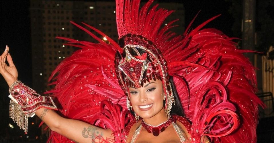 """8.fev.206 - Aline Riscado desfilou como destaque do carro """"Boteco"""". A bailarina é conhecida como """"Verão"""" por estrelar um comercial de cerveja."""