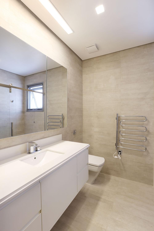 O banheiro do senhor, na casa Campinas desenhada por Teresa d'Ávila, se diferencia pelos revestimentos: o porcelanato Portobello imita a madeira e recobre pisos e paredes. Sem brilho, o material é 68% reciclado