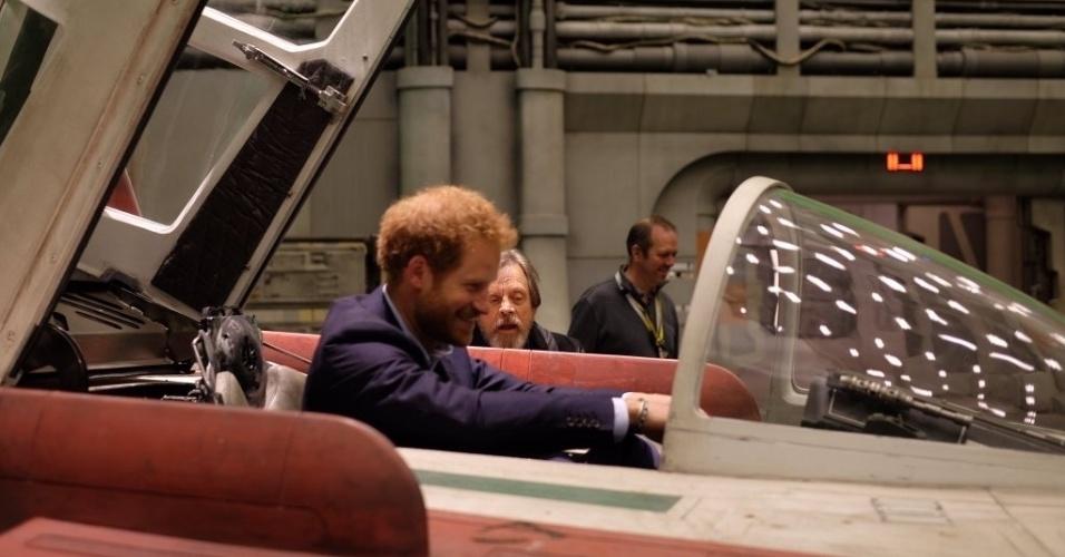 19.abr.2016 - Príncipe Harry entra em avião no set de filmagens do oitavo episódio de