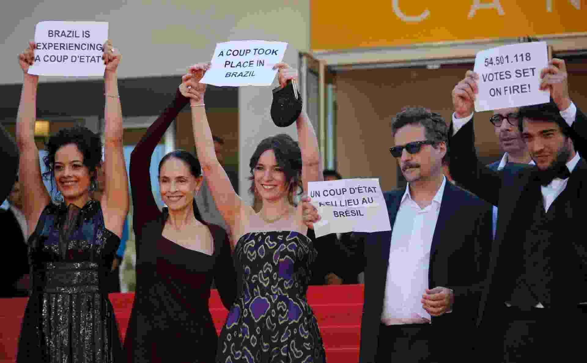 """17.mai.2016 - Equipe do filme brasileiro """"Aquarius"""", que disputa a Palma de Ouro em Cannes, protesta conta o impeachment com faixas e dizeres: """"Pare o golpe no Brasil"""" e """"Vamos resistir"""" - REUTERS/Yves Herman"""