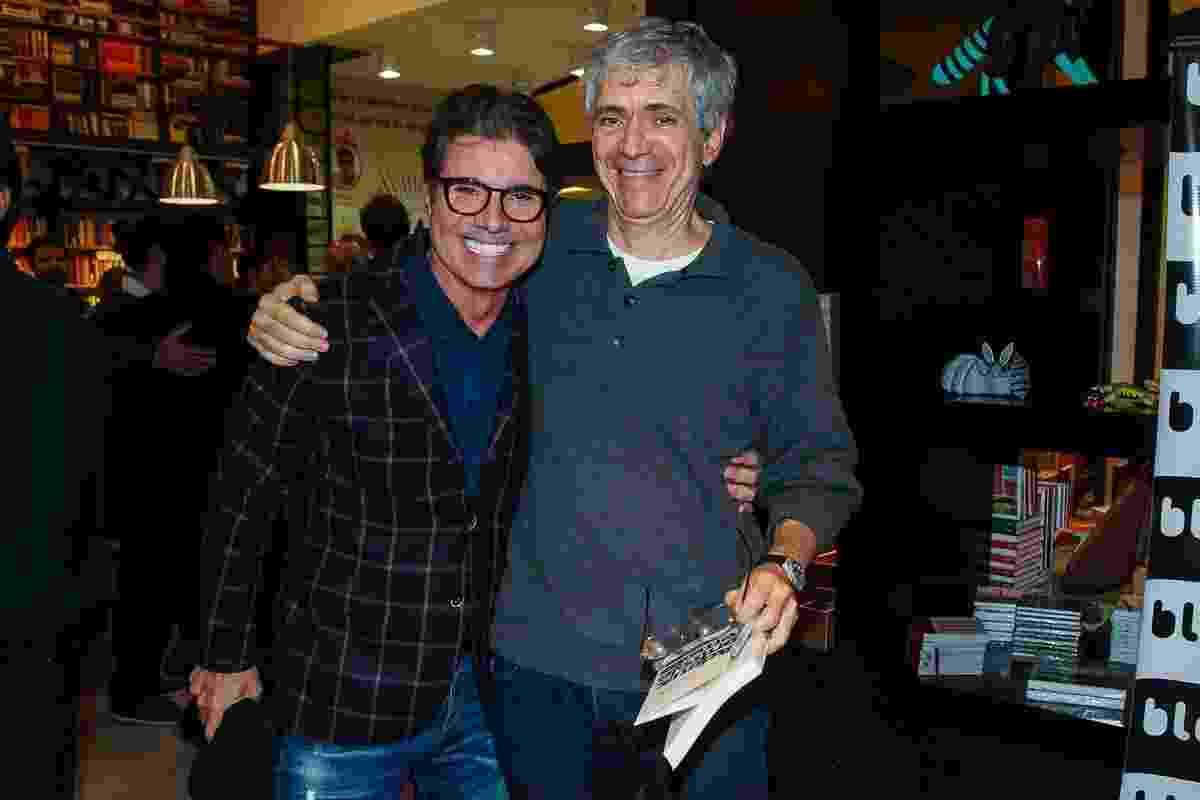 23.mai.2016 - João Kleber comparece ao lançamento do novo livro de Maurício Stycer e posa para fotos com o jornalista - Manuela Scarpa/Brazil News