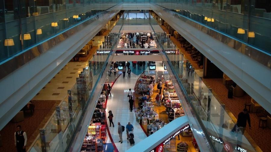 """Duty free do aeroporto de Dubai, nos Emirados Árabes Unidos, área de """"locação"""" de reality do NatGeo - Patrick Nemes/Creative Commons"""