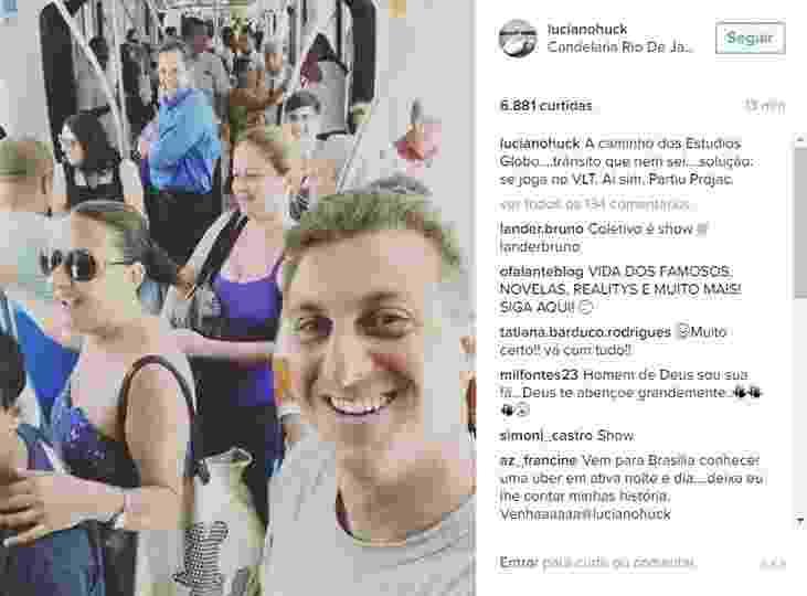 """Gente como a gente: Luciano Huck usa transporte público para fugir do trânsito e chegar aos Estúdios Globo, no Rio de Janeiro. """"A caminho dos Estúdios Globo....trânsito que nem sei....solução: se joga no VLT. Ai sim. Partiu Projac"""", escreveu o apresentador - Reprodução/Instagram"""