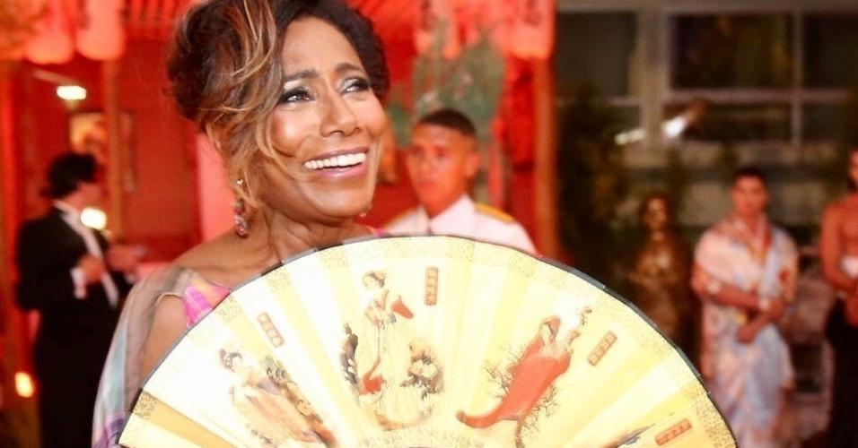 A jornalista Glória Maria trouxe até um leque para o Copacabana Palace