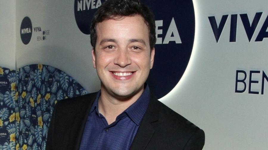 Rafael Cortez posa sorridente no Nívea Viva Jorge Ben Jor, no Teatro Vivo Rio - Marcos Ferreira/BrazilNews