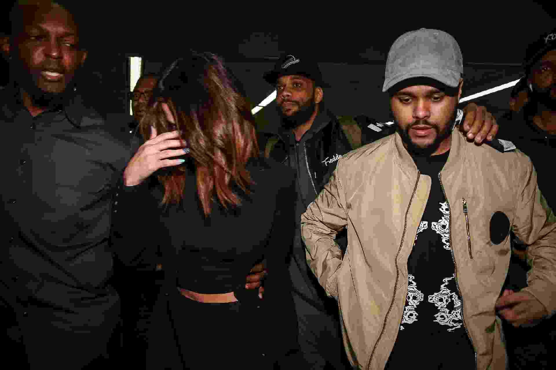 Em meio a tumulto, Selena Gomez e The Weeknd desembarcam no aeroporto de Guarulhos, em São Paulo sob forte escolta de seguranças - Raphael Castello/AgNews