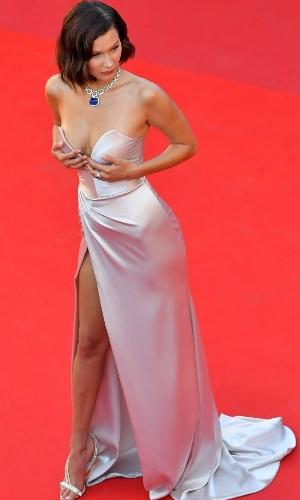 Para arrematar o vestido acetinado, criação de Alexandre Vauthier, da grife comandada por Maria Grazia Chiuri, a modelo Bella Hadid usou um colar com diamantes e safira