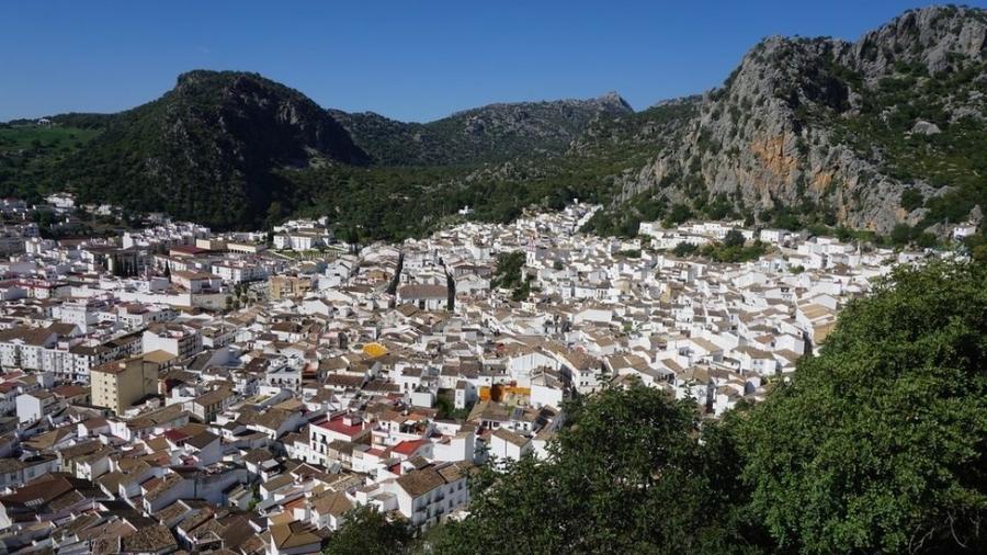 Ubrique é escondida sob um vale e tem difícil acesso por transporte público - BBC