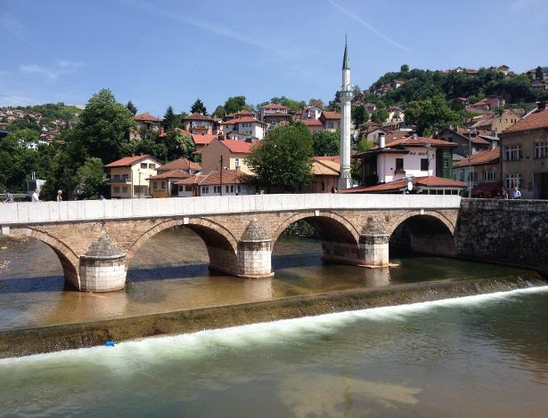 Vista de Sarajevo, capital da Bósnia, país afetado por uma guerra na década de 1990