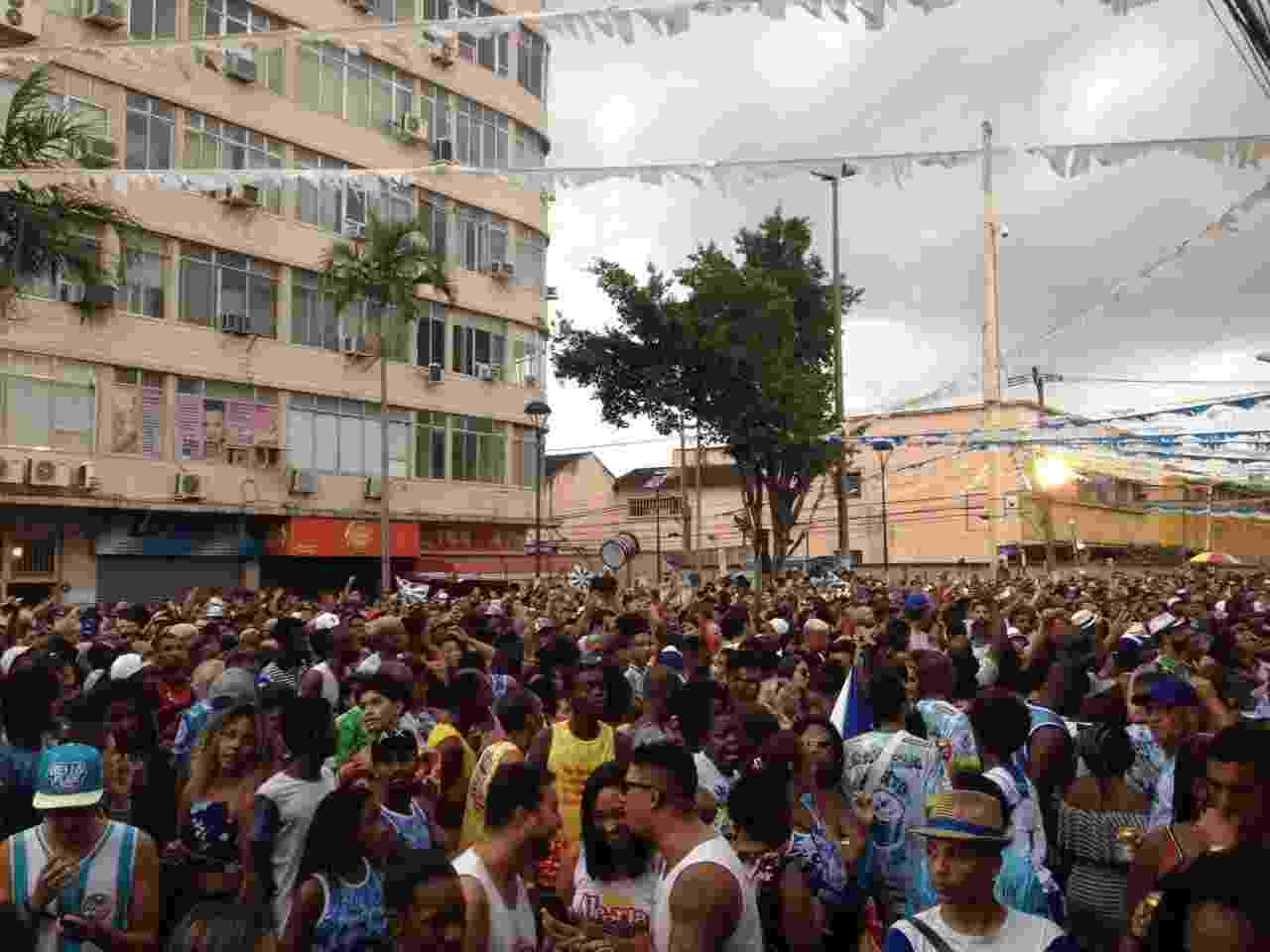 Com quadra interditada pela Justiça, Beija-Flor montou um palco na praça dos Estudantes, em Nilópolis, para comemorar o título - Carolina Farias/UOL