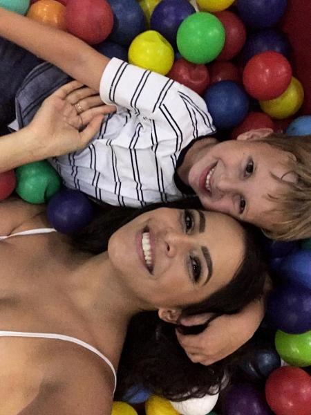 Emilly e o sobrinho na piscina de bolinhas - Reprodução