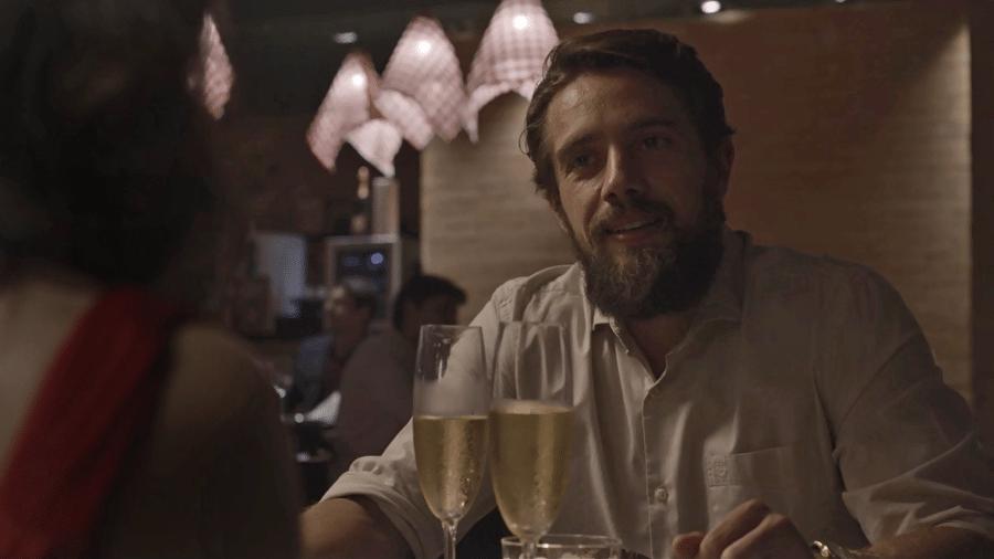 Renato se declara a Clara e pede a mocinha em casamento durante jantar romântico - Reprodução/GShow/O Outro Lado do Paraíso