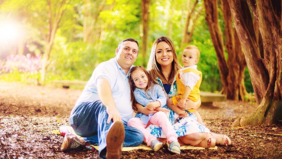 A youtuber Flavia Calina com a sua família - André Luiz