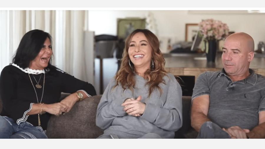 Gretchen e o marido, Carlos Marques, são entrevistados por Sabrina Sato - Reprodução/YouTube