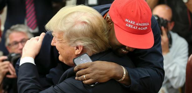 Kanye West abraça Donald Trump durante encontro na Casa Branca