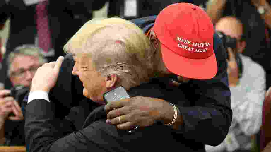 Kanye West abraça Donald Trump durante encontro na Casa Branca - Oliver Contreras - Pool/Getty Images