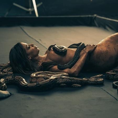 """Anitta no clipe de """"Veneno"""" - Reprodução/Twitter"""