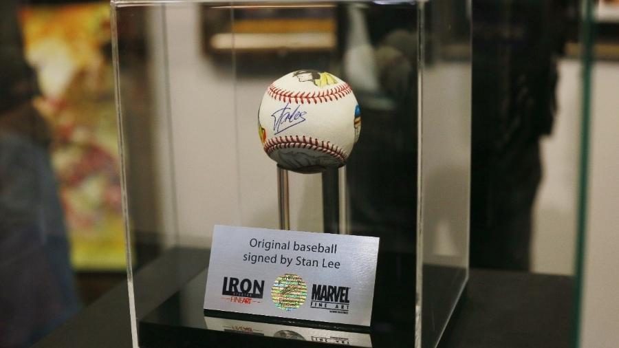 Bola de beisebol tem autógrafo de Stan Lee - Iwi Onodera/UOL