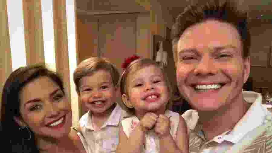 Thais Fersoza  e Michel Teló com os filhos, Teodoro e Melinda - Reprodução/Instagranm