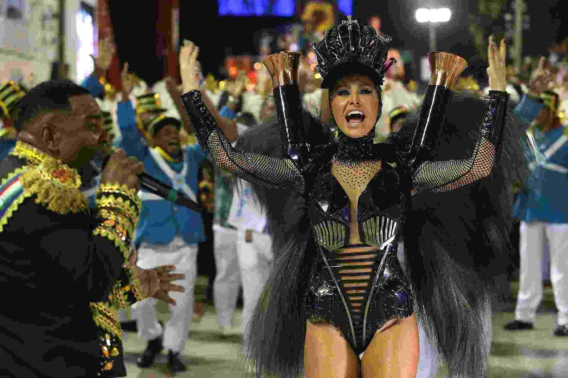 Sabrina Sato, rainha de bateria, desfila em look deslumbrante - Júlio César Guimarães/UOL