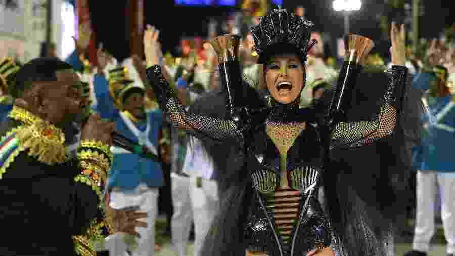 Sabrina Sato, rainha de bateria, desfila pela Vila Isabel - Júlio César Guimarães/UOL