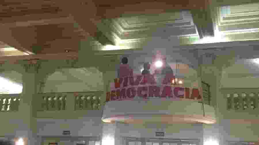 """Faixa com dizeres """"Viva a Democracia"""" relembra verve política da artista, que participou da campanha Diretas Já - Carolina Farias/UOL"""