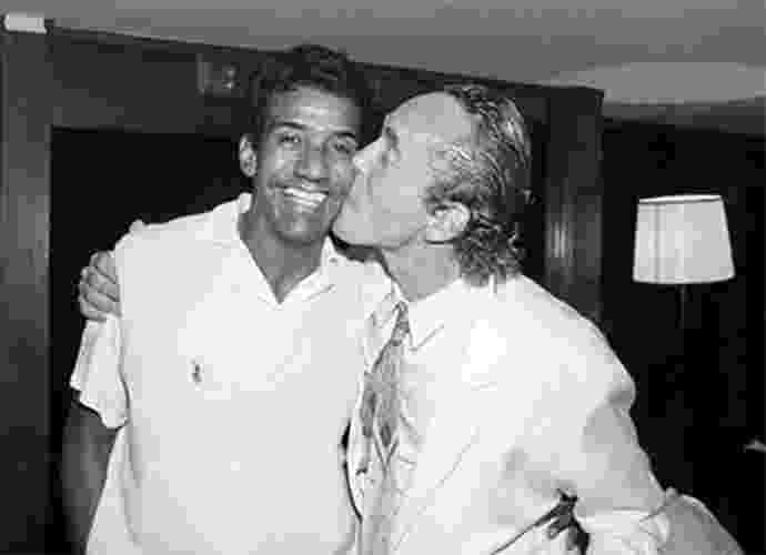 André Donato dá beijo em Jorge Ben Jor em foto de um de seus livros - Divulgação